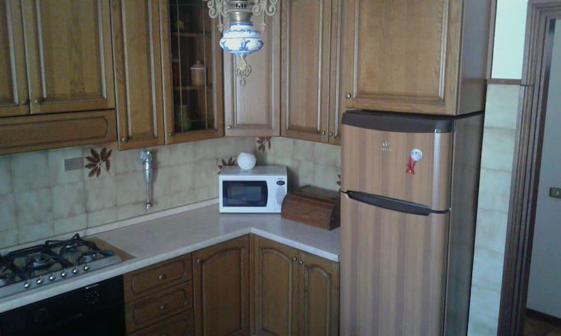 cucina con frigo fornelli forno  microonde ecc...