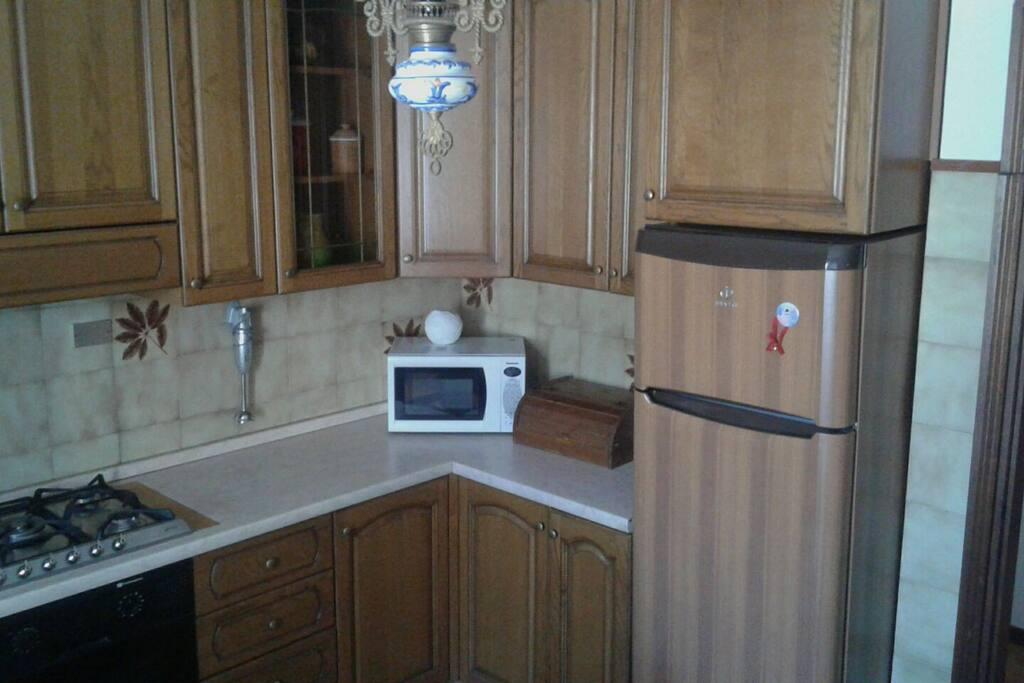 cucina con frigo microonde ecc...