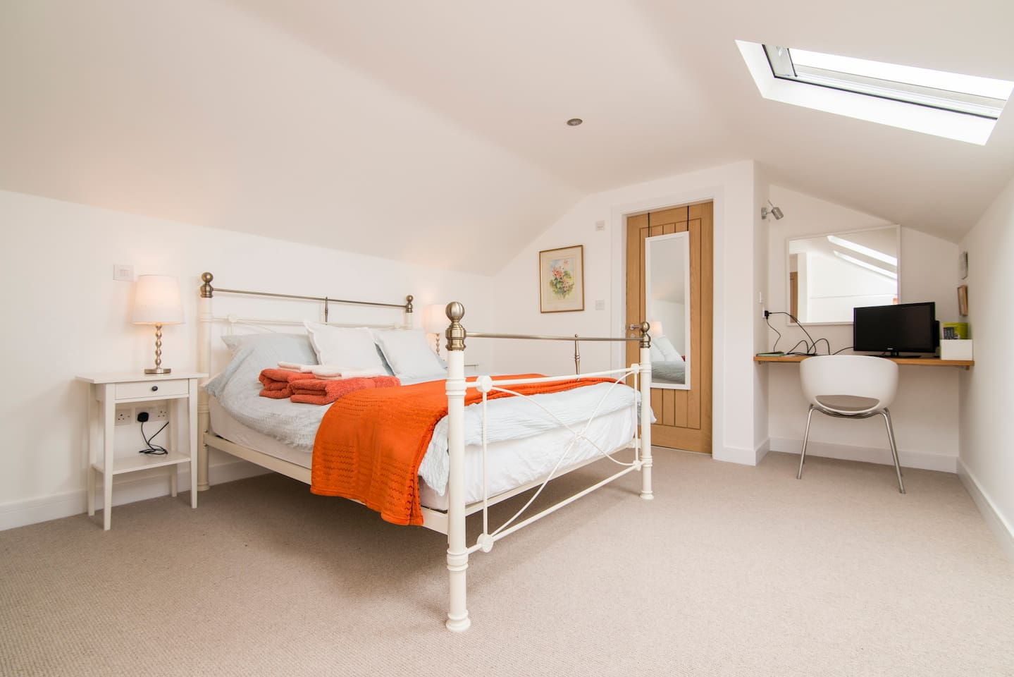 King size bed, desk space, storage/hanging space and ensuite. Every thing you need for a comfortable stay.