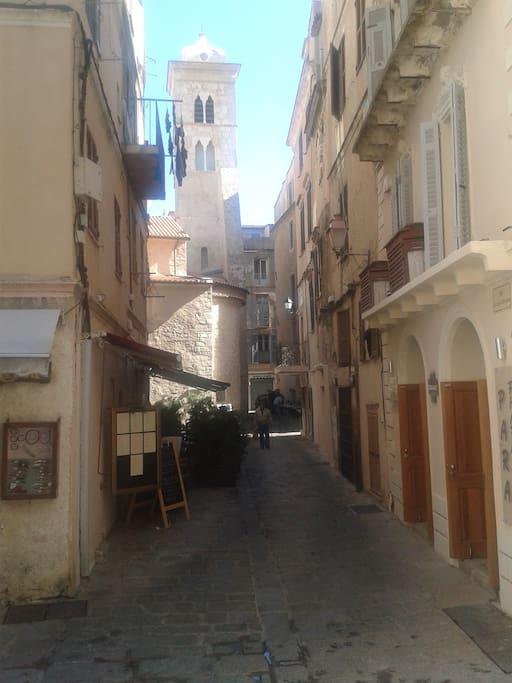 Rue dans la Vieille Ville et Eglise Santa Maggiore