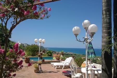 Villa adatta a famiglia o gruppi - Messina - Casa de campo