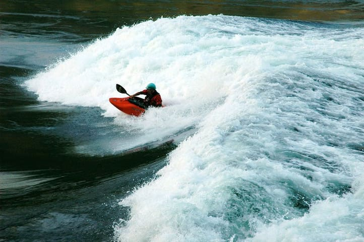 Watch thrill seeking kayakers surf the Skookumchuck