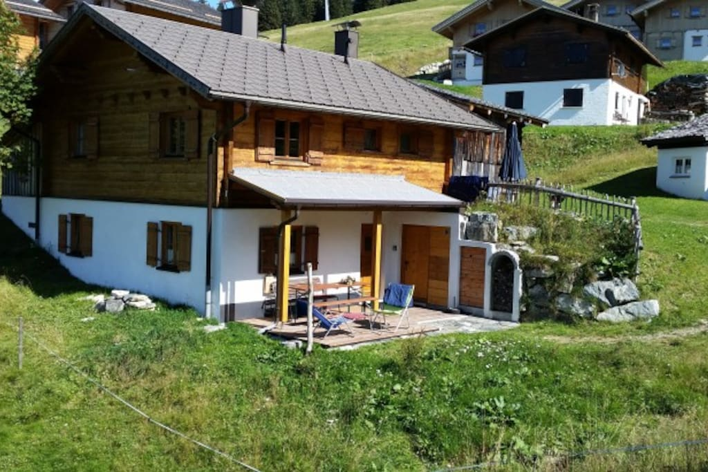 Sommerbild mit überdachter Terrasse (2 Terrassen)