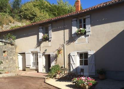 La Petite Maison de Tailleur de Pierre - Charroux - 단독주택