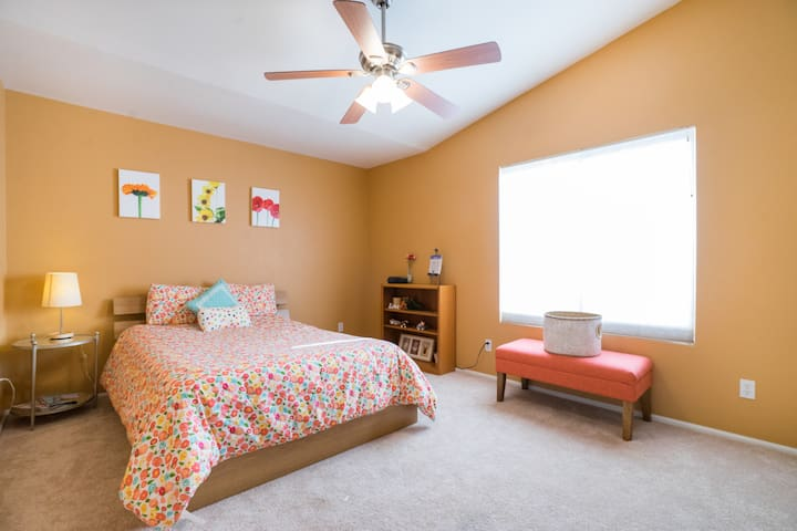 Spacious Private Bed/Bath in PHX (Gold Room)
