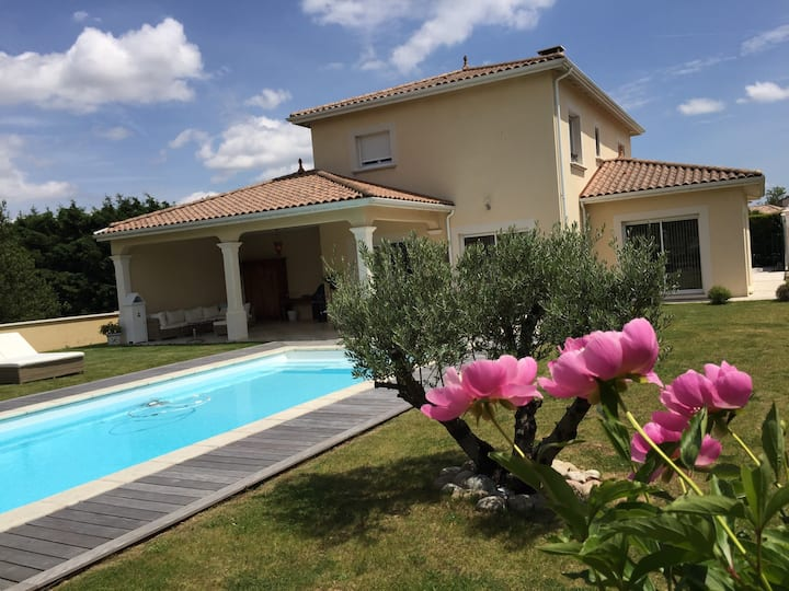 Cosy villa with pool close to Lyon