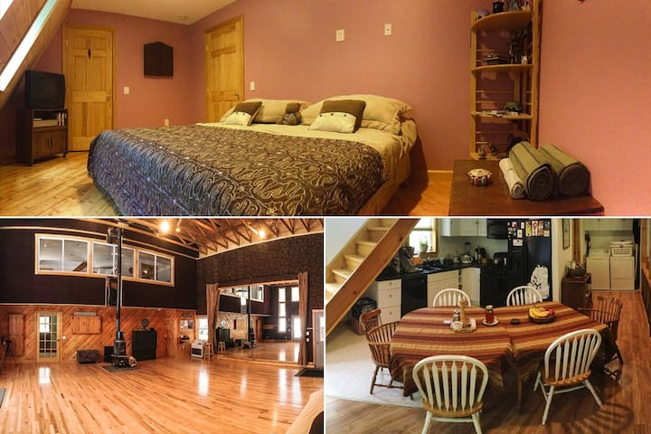 Large Bedroom in an Arts Retreat! - Buckfield