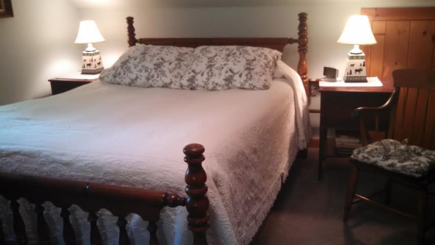 Copper Kettle B&B, Room 2 - free peanut brittle - Putney - Bed & Breakfast