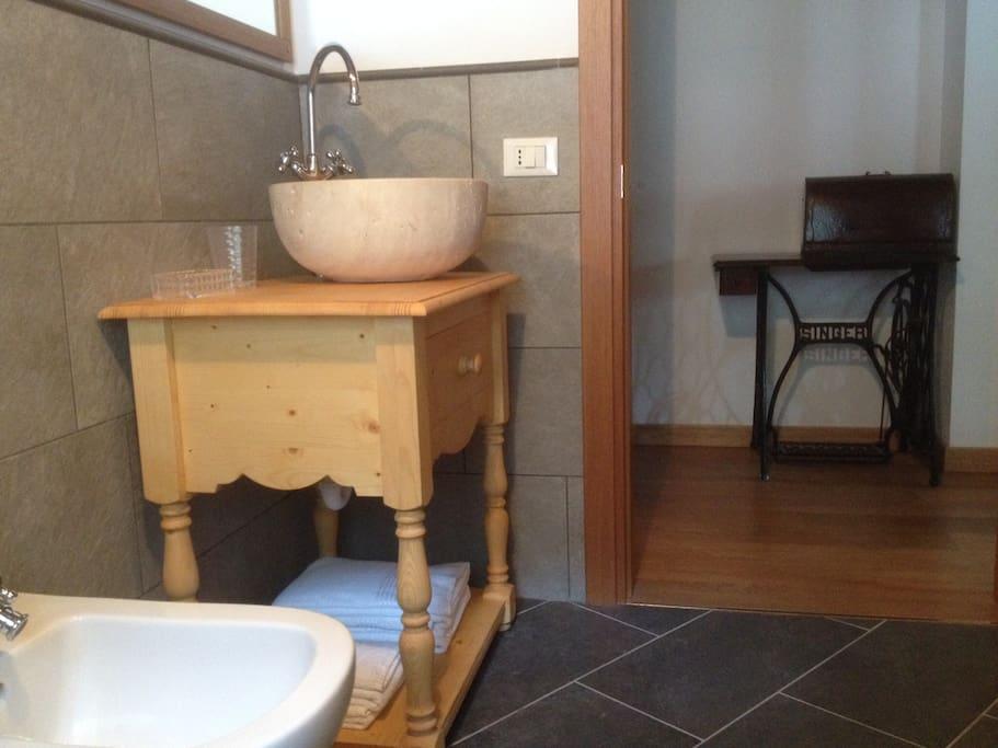 Il lavello in pietra su un rustico mobile in legno