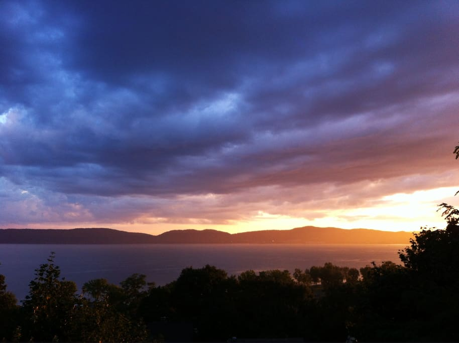 Panoramic Hudson River views, new deck and hot tub, close to nature and hiking, 45 minutes to NYC