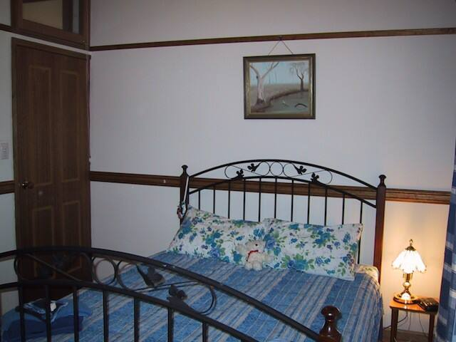 Twilight Grove Farm Bed & Breakfast - Iris Room - Redbank Creek - Bed & Breakfast