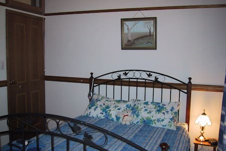 Twilight Grove Farm Bed & Breakfast - Iris Room - Redbank Creek