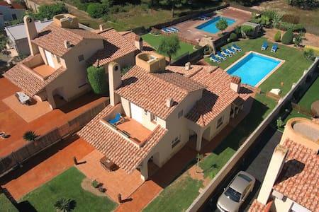 Neus Barà  wifi jardín piscin 8-11p