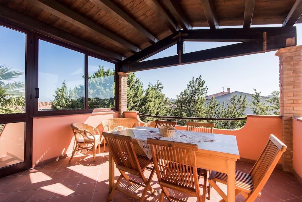 La terrazza:ampia zona con copertura in legno per pranzi/cene all' aperto