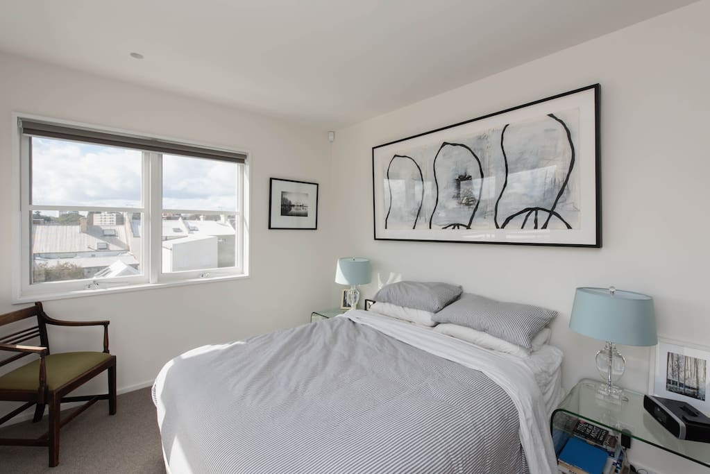 Master bedroom, light and airy with ensuite bathroom, balcony, stunning views over Paddington