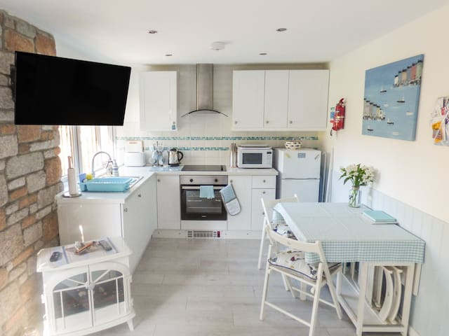 BUTTERFLY REST, pet friendly, with pool in St Ives, Ref 969638