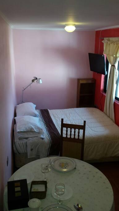 Es una habitación espaciosa y cómoda.