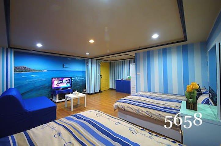 藍色珊瑚礁4人獨立房 ,緊鄰高雄火車站。六合夜市,捷運美麗島站