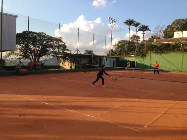 Quadra de tênis com casa