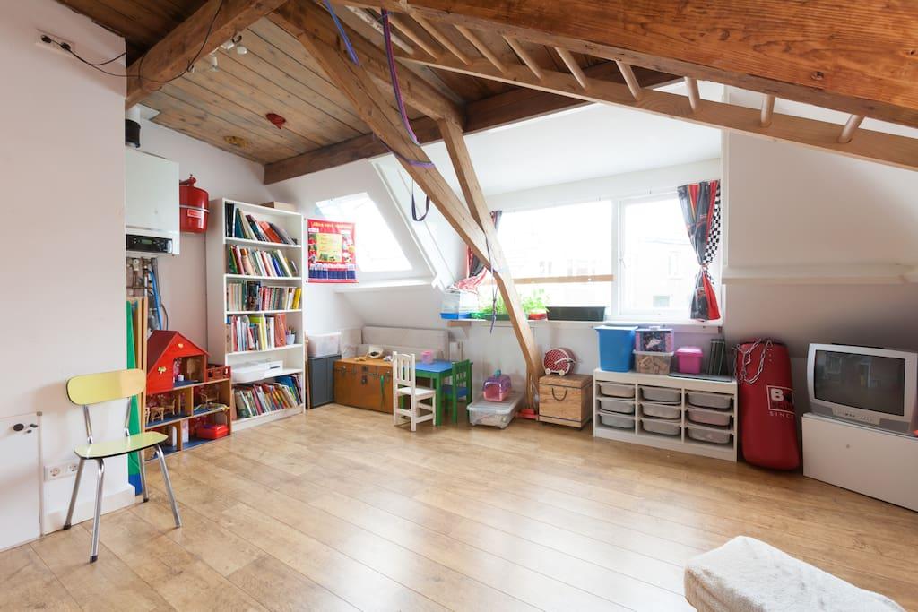 Speelzolder met o,a, een schommel, tv met WI, lego, KNEX, poppenhuis en winkeltje.