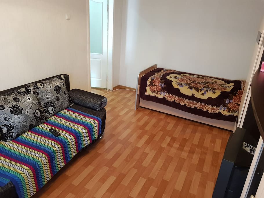 диван раскладной и размещает на себе 2 человек. Кровать вмещает в себя 1 человека.