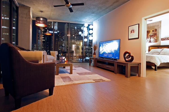 RL - EXQUISITE DOWNTOWN SKYLINE SUITE/RESORT