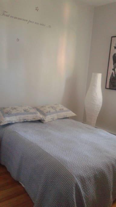 Jolie chambre avec 1 lit double