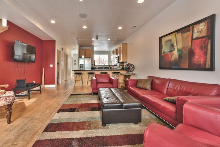 Modern SLC Townhome. Light and Bright. Sleeps 8.