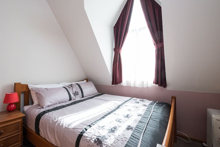 Cosy Room with car park - walk to Centre & Stadium