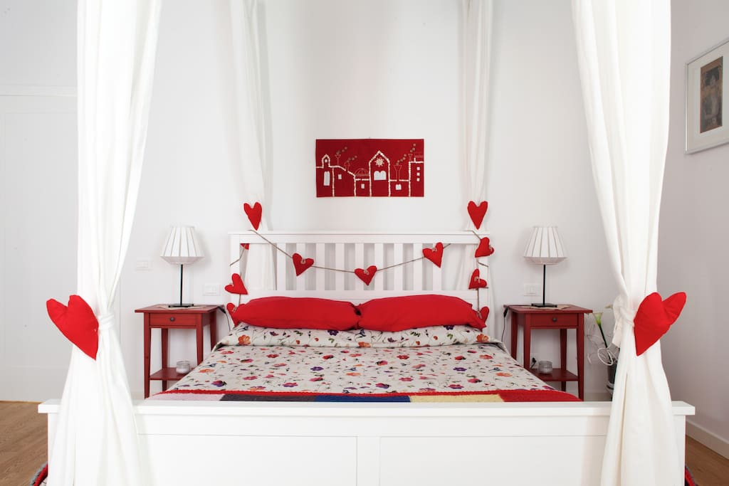 La stanza dal lato  del comodo letto matrimoniale/ The room with its comfortable queen-size bed