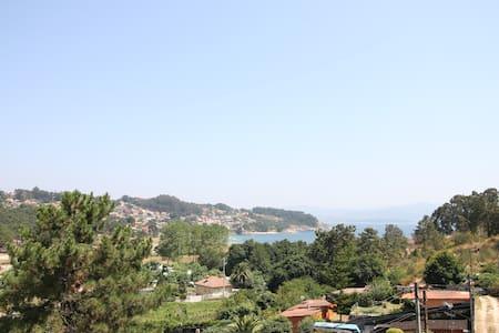 (Bouza 2) Ático con balcón en Playa Liméns, Cangas - Limens
