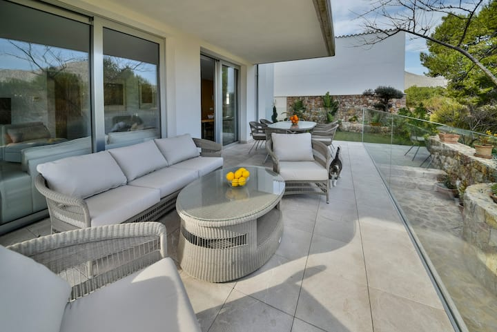 Modernes, luxuriöses Apartment mit dem Pool
