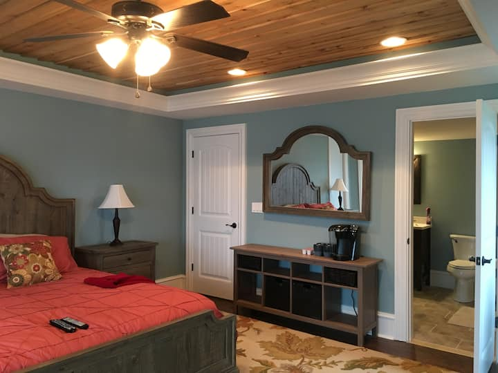 New, Romantic Lakefront Suite with Great Views