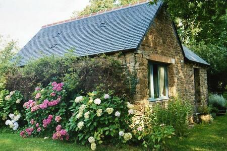Maisonnette insolite dans un jardin - Saint-Pierre-de-Plesguen - ที่พักพร้อมอาหารเช้า