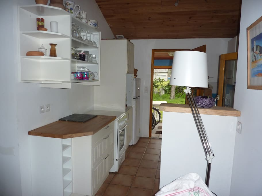 vue sur cuisine donnant sur salle à manger et accès jardin arriére