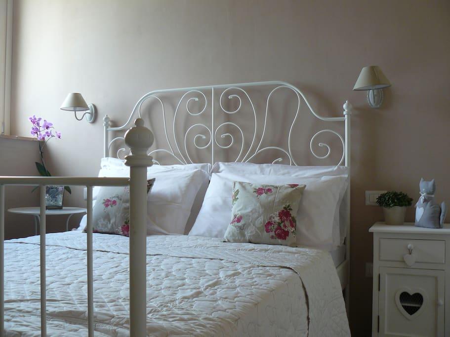 Camera romantica dotata di ogni confort. Colori pastello realizzati in modo naturale con calce e terre essiccate.