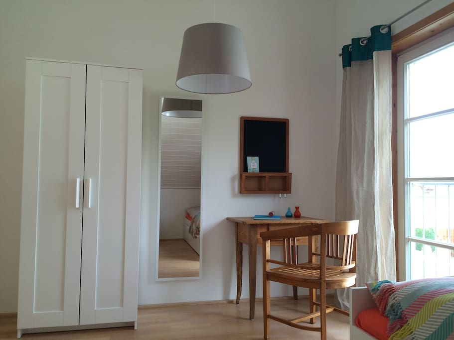 Dein Zimmer ist ein gemütlicher, heller Raum im ersten Stock.