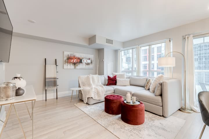 *Stunning 1BR+Den, Sleeps 6 - Steps From CN Tower*
