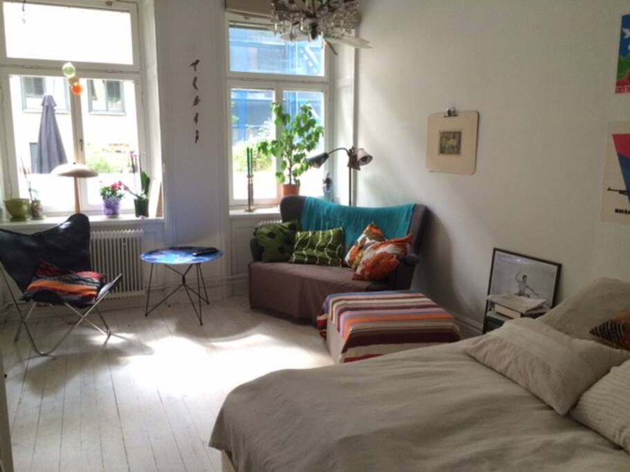 Sov/vardagsrum med dubbelsäng samt en loftsäng.