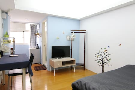 This private room is located in a quiet community in Taipei Old Town District. And with conveniently shopping,dining, ideal for budget traveller who cares about living quality. By living here, you will be able to experience traditional, local Taipei.