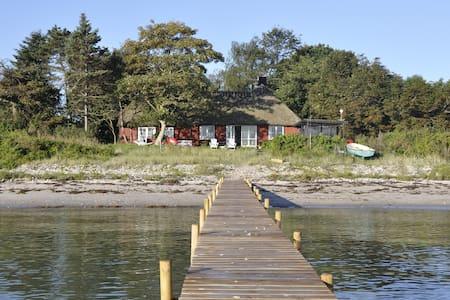 Enestående hus med egen strand/bro