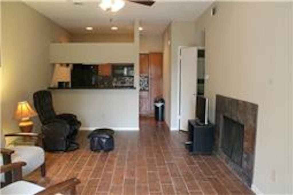 Spacious Family Room w/ TV, cable and WiFi