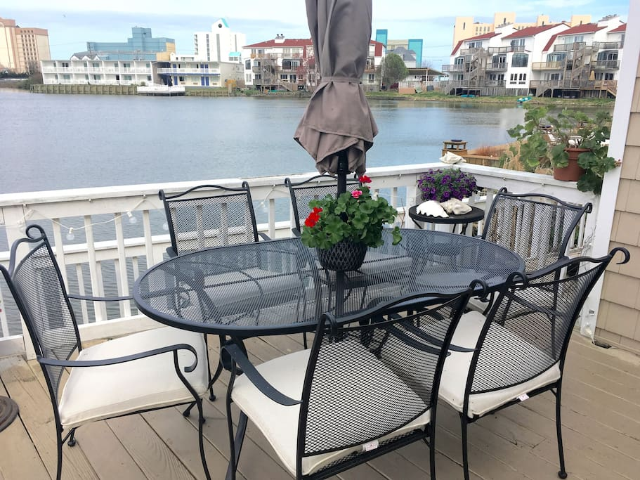 Private deck overlooking Lake Holly with dining table seating for six and gas grill