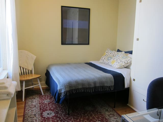 Sweet, Comfy Room close to Downtown