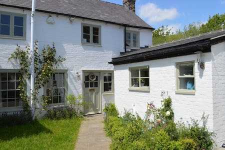Beautiful Country Cottage - West Ashling - House