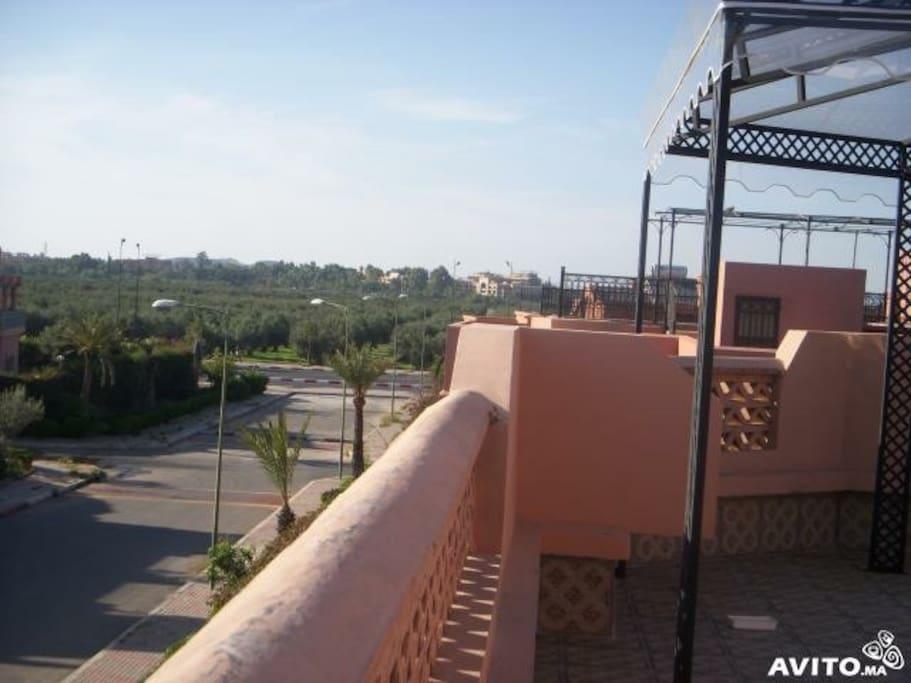 Au 2ème  étage, il y a possibilité de profiter d'une très belle terrasse de 200 m2 commune donnant sur les jardins de Bab Jdid...