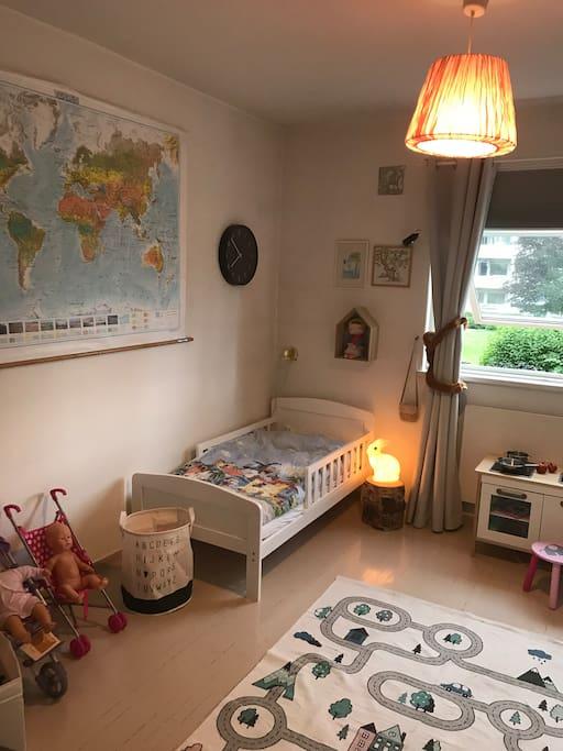 Stort soverom med barneseng - her kan det suppleres med oppblåsbar dobbeltseng eller enkel madrass.