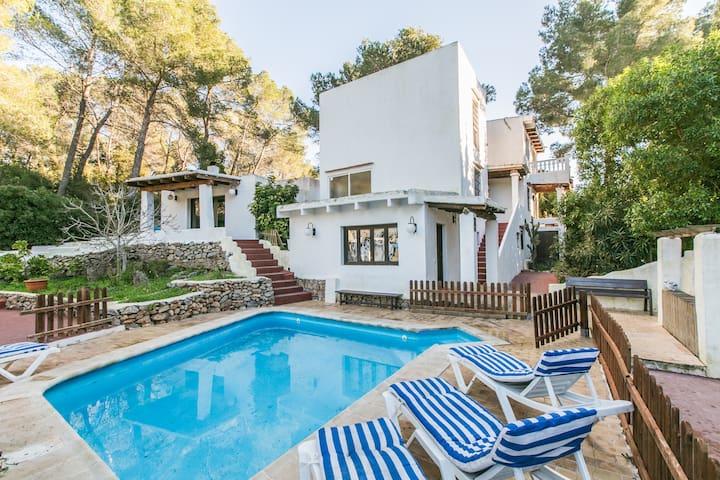 Luminosa villa con piscina