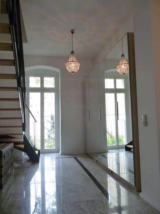 Eingangsflur mit Spiegelschränken im Erdgeschoss