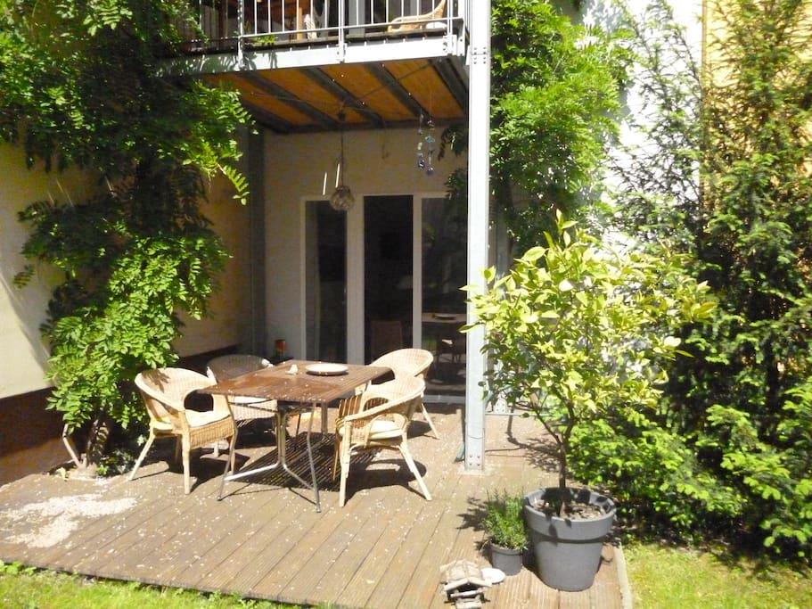 Terrasse im Erdgechoss vor der Wohnküche